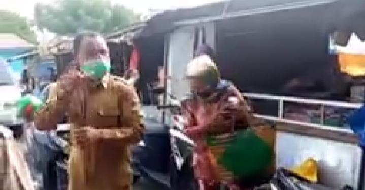 Dinas Kominfo Lembata, Edukasi Tentang Korona dan Bagi Masker Bagi Pedagang Pasar Pada