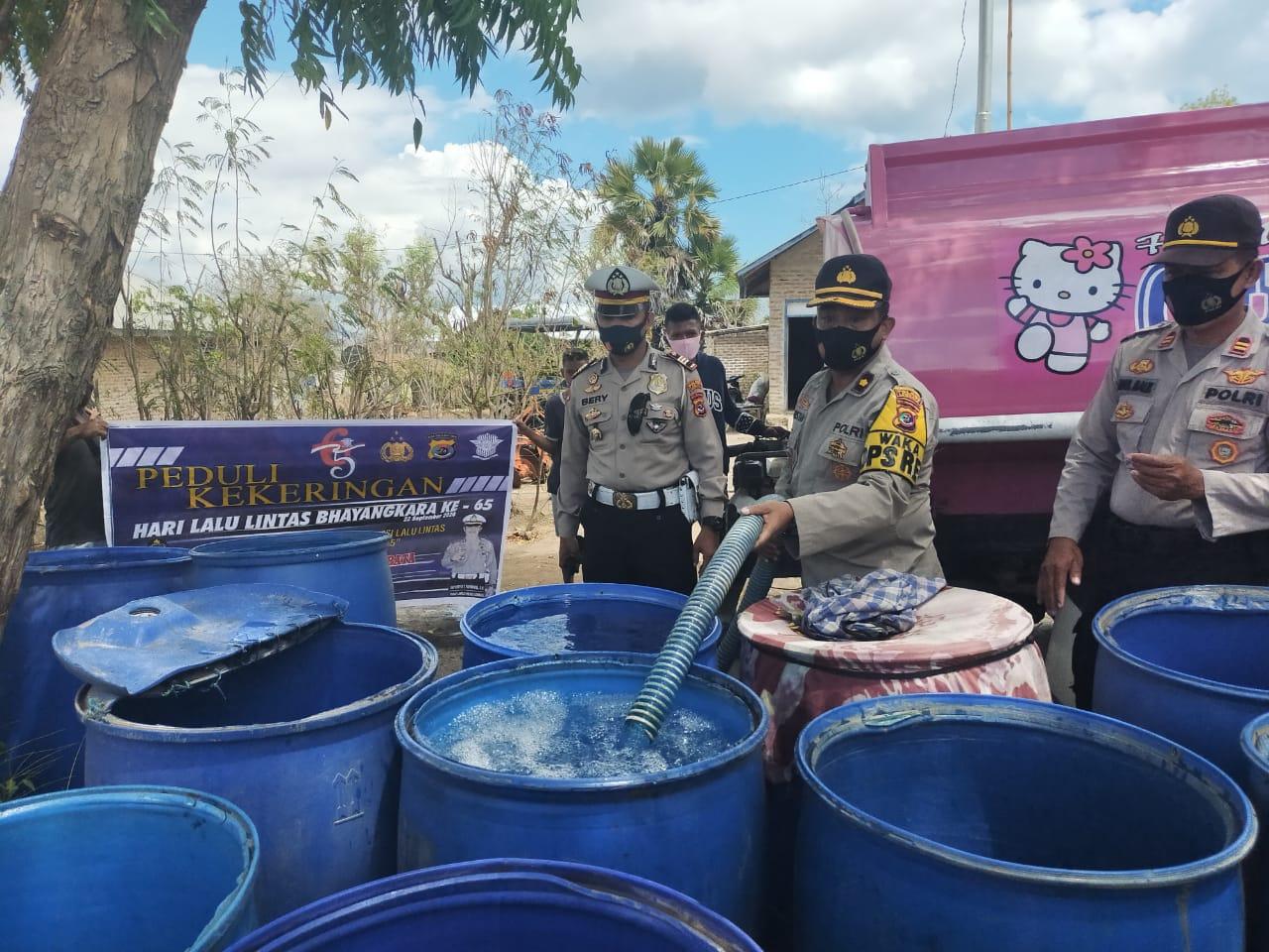 Sambut HUT Lalu Lintas Ke 65, Satlantas Polres Lembata Bagi Air Bersih dan Sembako Untuk Warga Lembata