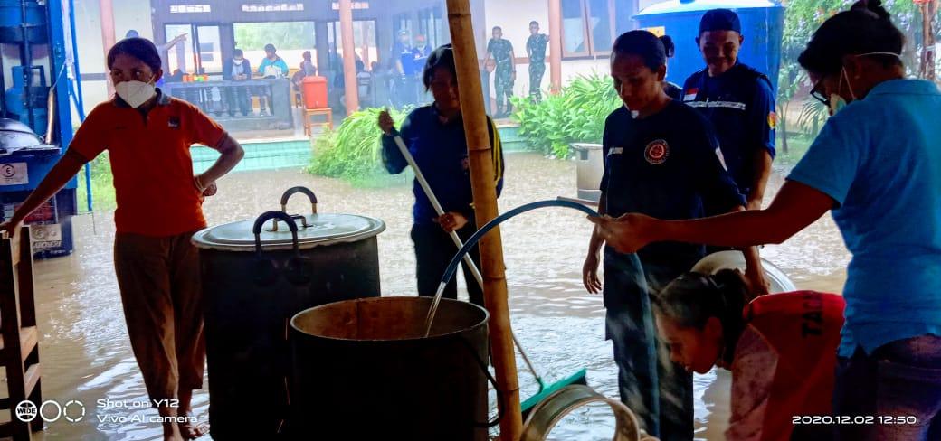 Lewoleba Diguyur Hujan, Dapur Umum Tergenang, Aktivitas Masak Memasak Bagi Warga Ile Ape Tetap Jalan.