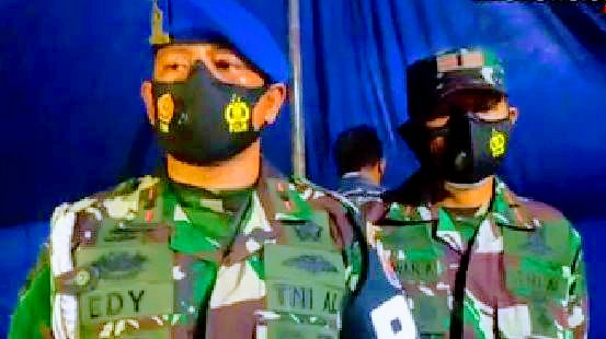 TNI AL MAUMERE AMBIL BAGIAN DALAM BAKSOS KEPADA WARGA TERDAMPAK ERUPSI GUNUNG ILE LEWOTOLOK KABUPATEN LEMBATA