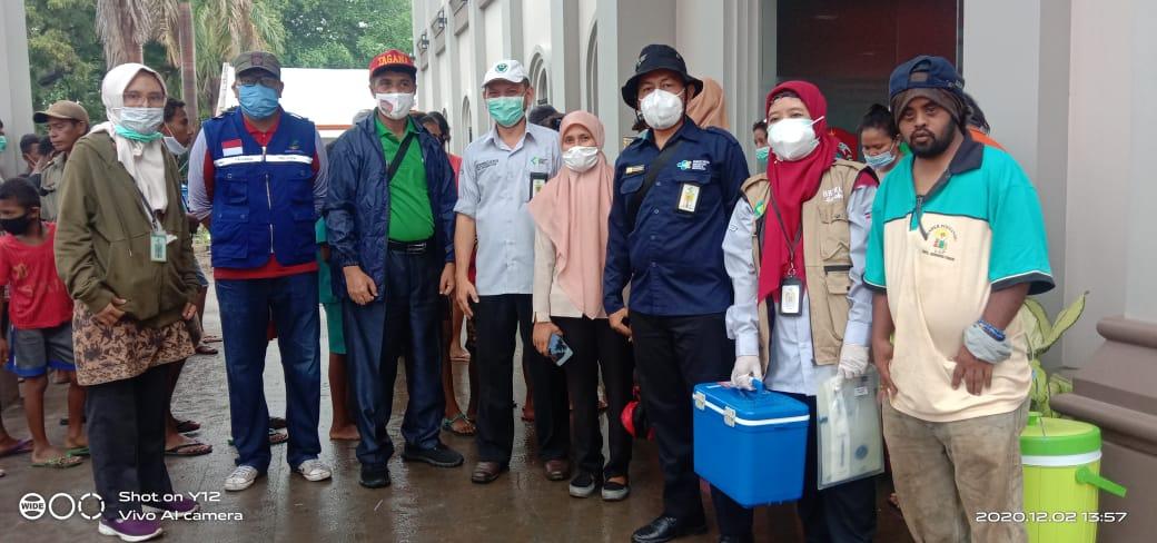 Datangi Dapur Umum Pengungsi Erupsi Ile Lewotolok, Dirjen P2P Kementerian Kesehatan Ambil Sampel Makanan.