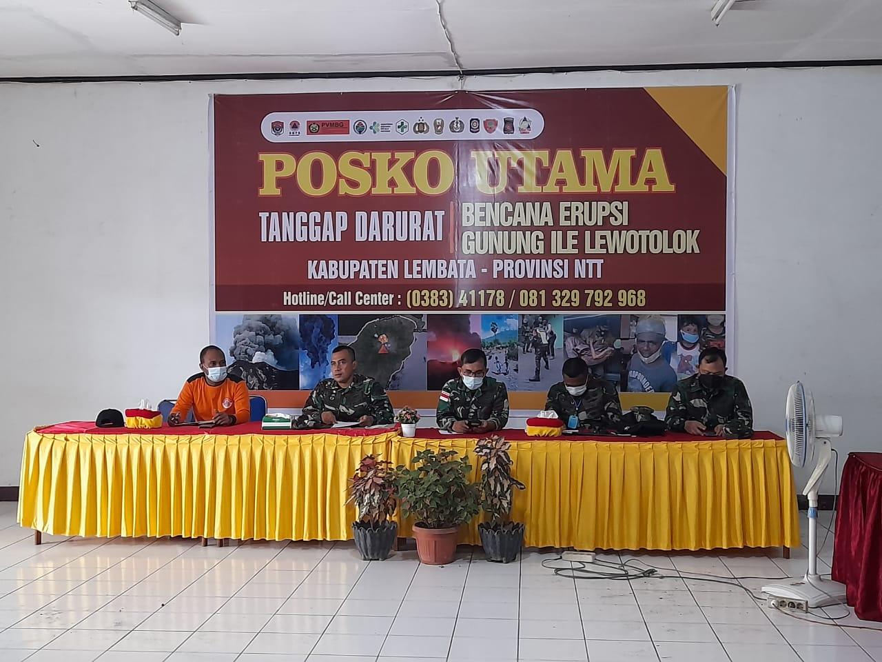 TNI AD Bantu Penanganan Kesehatan Warga Pengungsi Erupsi Ile Lewotolok, Juga Bangun Dapur Umum Dan MCK