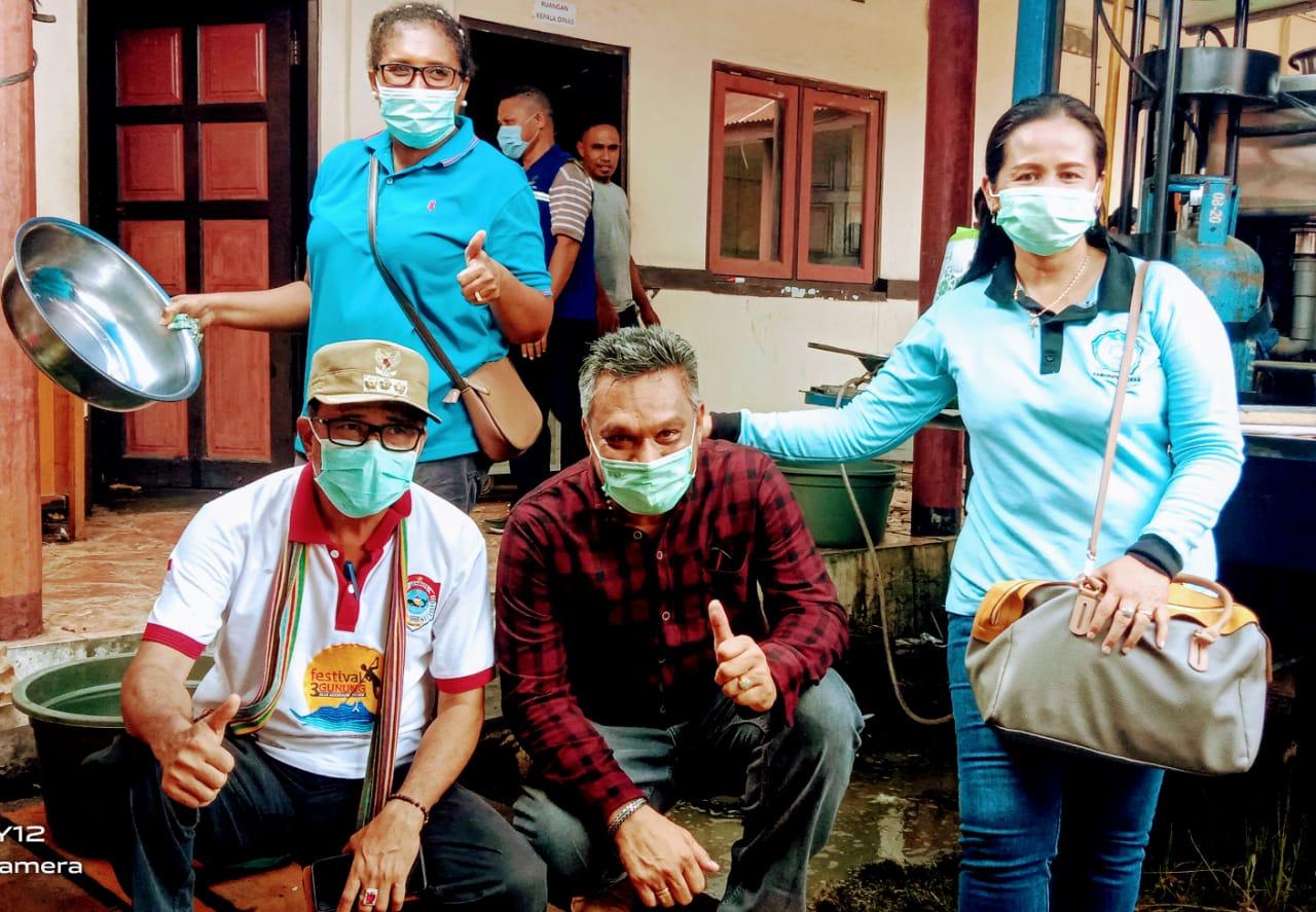 Bupati Sikka Robi Idong, Serahkan Bantuan Kemanusiaan Di Posko Pengungsian Erupsi Ile Lewotolok Lembata.