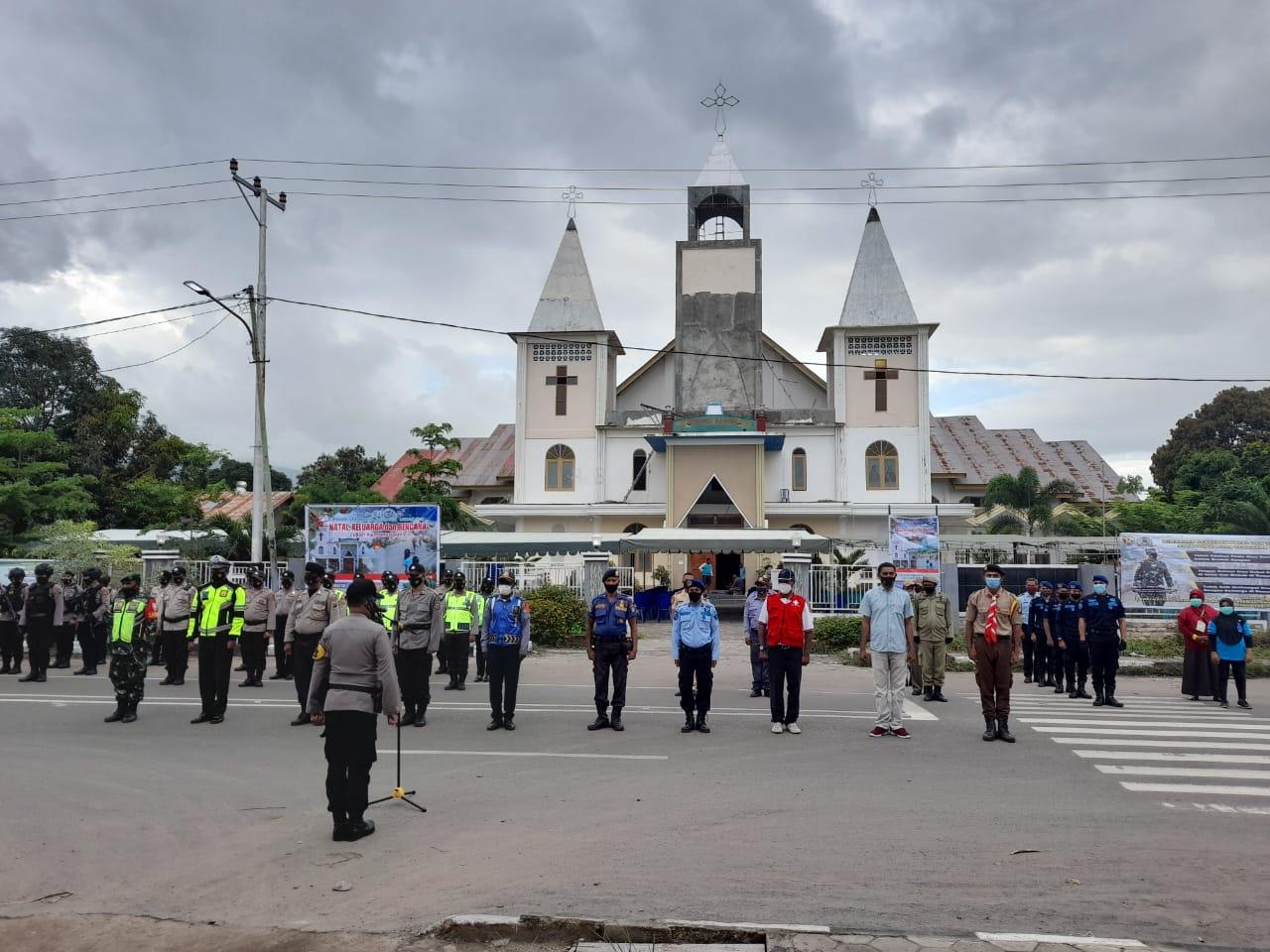 Kapolres Lembata Pimpin Apel Siaga Natal Di Halaman Gereja Paroki Lewoleba