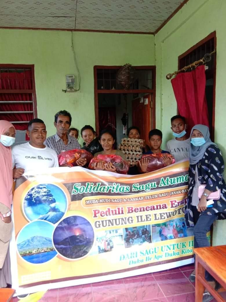 Orang Muda Teluk Sagu Adonara, Ikut Bantu Korban Erupsi Gunung Ile Lewotolok
