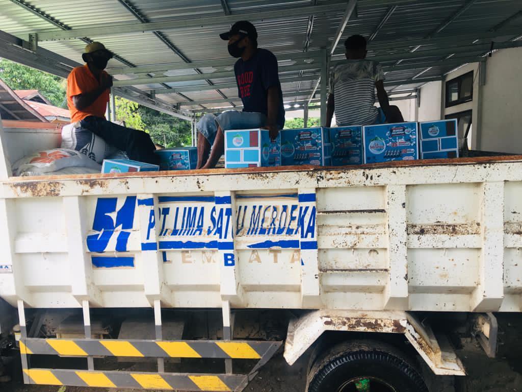 Toko 51 Lembata Salurkan Bantuan, Ignasius Jonan Bagi Korban Banjir Ile Ape