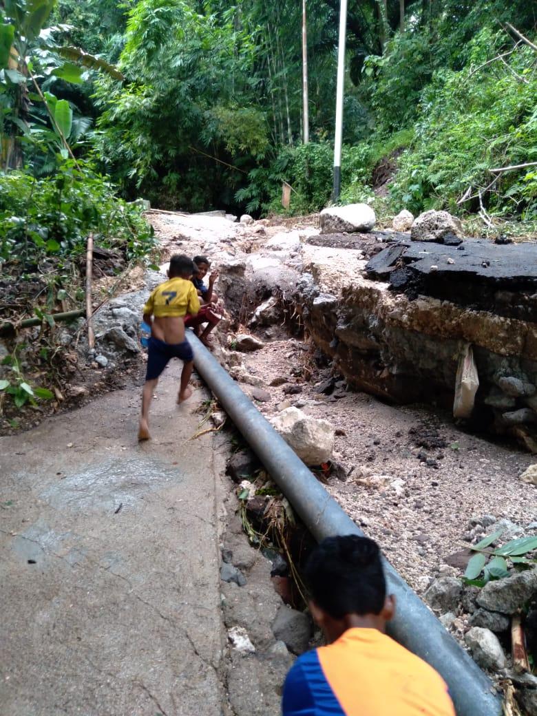 Hujan Deras Akses Jalan Wowong – Leubatang kecamatan Omesuri Putus Total