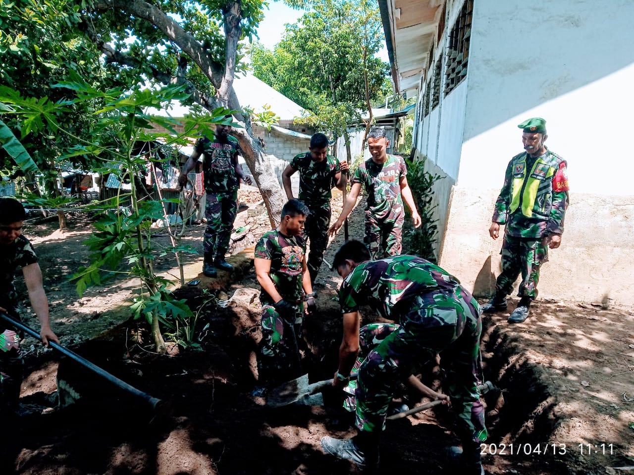 Anggota Kodim 1624/Flotim Dan Anggota Bataliyon 743/PSY Bangun MCK Di Posko Pengunsian Desa Nelelamadike.