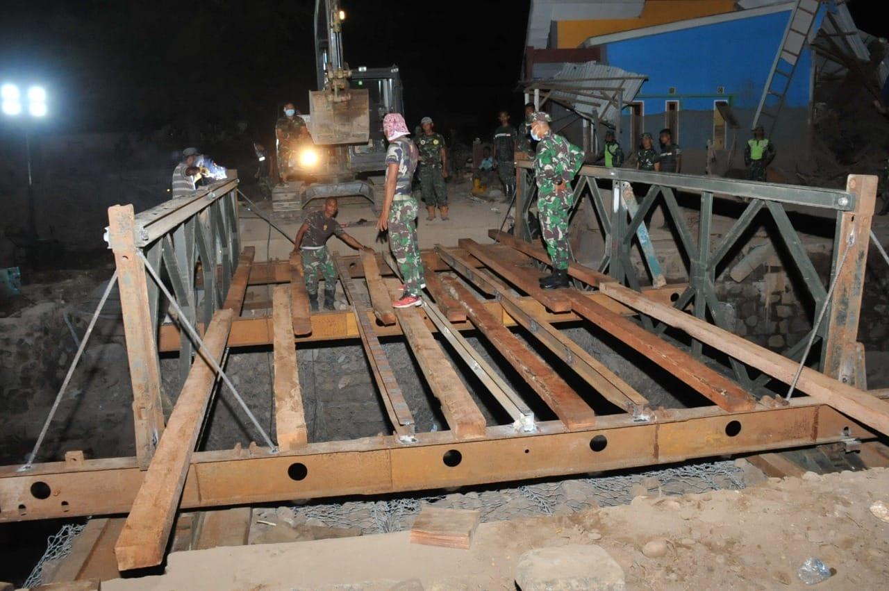 Zeni TNI AD Bangun Jembatan Kedua di Saosina Adonara