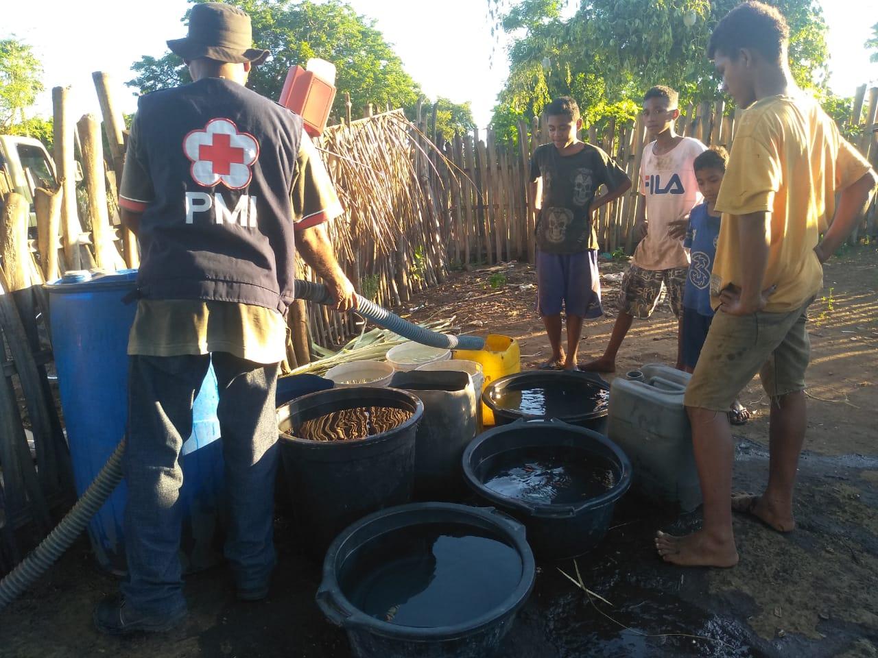 PMI Lembata Distribusi 318 RIbu Liter Air Bersih     Penuhi Kebutuhan Dasar Pengungsi.
