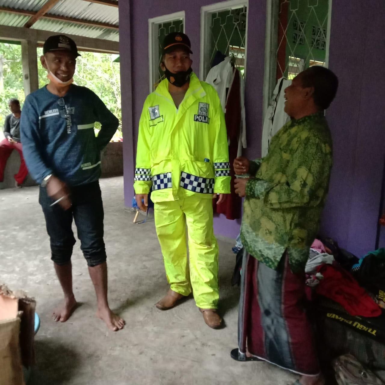 Camat Adonara Timur, Damianus Lamawuran Bersama Warga Dalam Penangulangan Banjir Bandang