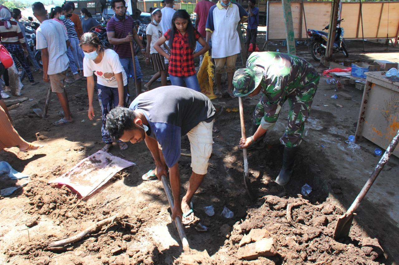 Semangat Tinggi Masyarakat Bersama Anggota TNI Bantu Pembersihan  Koramil 1624-02/Adonara
