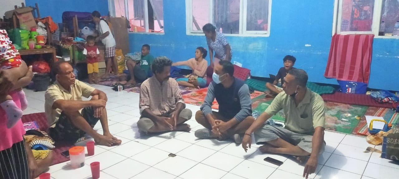 Sambangi Pengungsi, Imo Wulakada Kader Demokrat Lembata, Donasikan Alat Tulis dan Pakaian Layak Pakai