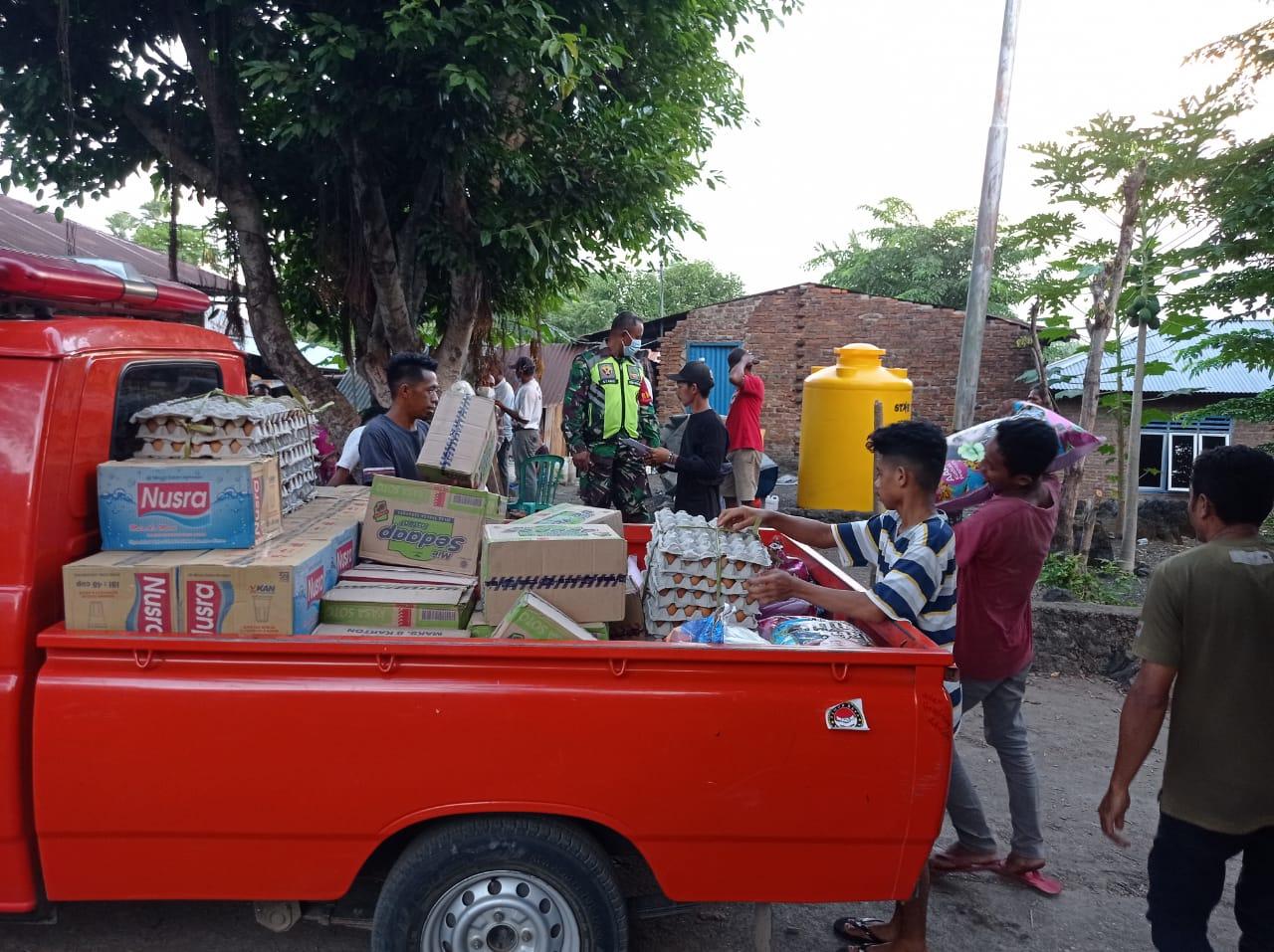 Babinsa Bantu Lancarkan Pendistribusian Bantuan Sembako Di Desa Nobo Larantuka.