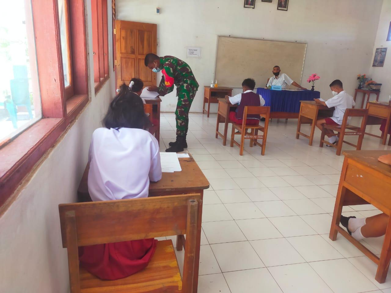 Babinsa Koramil 1624-03/Lewoleba Pantau Pelaksanaan Ujian Sekolah Di SD Negeri Lamahora.