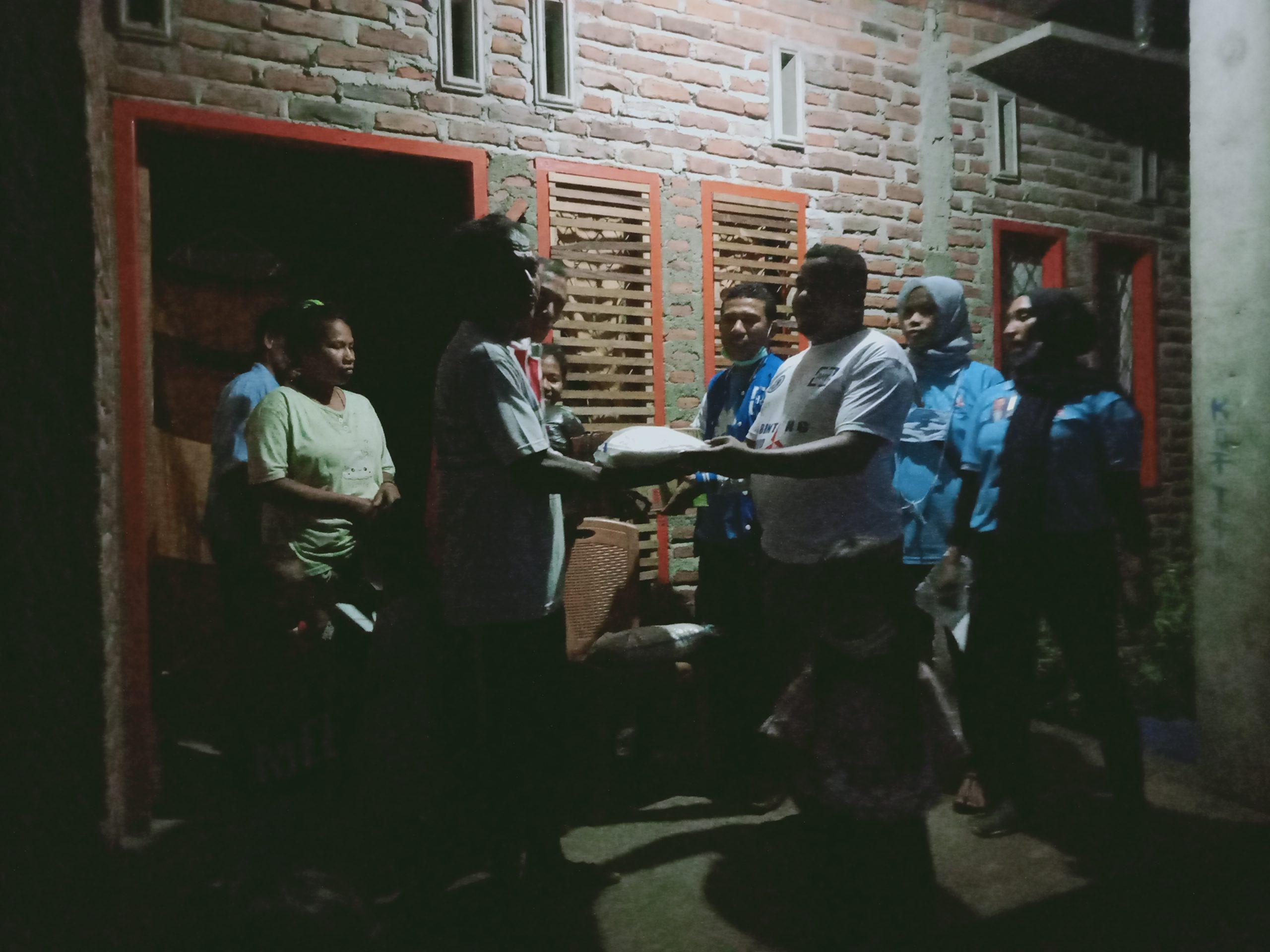 Relawan Kemanusiaan Demokrat Lembata, Datangi Pengungsi Yang Numpang Di Rumah Keluarga Untuk, Salurkan Bantuan DPP