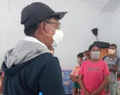 Menkominfo Johnni Plate, Beri Sumbangan Peralatan Komunikasi Dan Bantuan Dana Sebesar Rp. 250 Juta