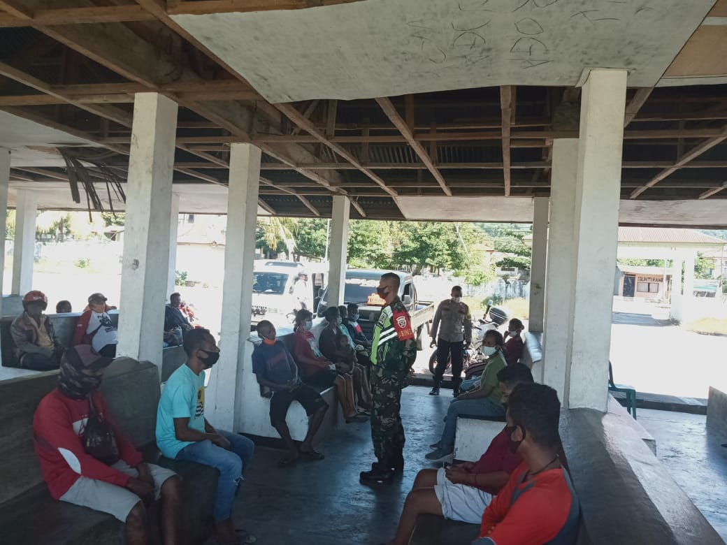 Babinsa Koramil 01/Larantuka, Sosialisasi Prokes Covid-19 Di Terminal  Weri.